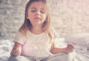 Méditation enfant en écoutant les bruits